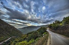 Strada di riciclaggio della montagna Strada della montagna nebbiosa in alte montagne Cielo nuvoloso con la strada della montagna  Immagini Stock