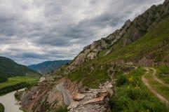 Strada di River Valley della montagna Fotografia Stock