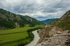 Strada di River Valley della montagna Fotografie Stock Libere da Diritti