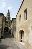 Strada di Sainte - della Francia Emillion che piombo alla chiesa Immagine Stock Libera da Diritti