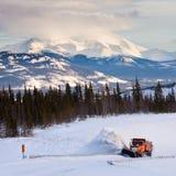Strada di schiarimento dello spazzaneve nel Yukon scenico T Canada fotografia stock