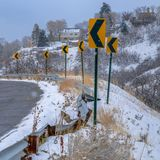Strada di Snowy con dei segnali stradali l'inverno direzionale dentro fotografia stock libera da diritti