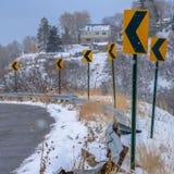 Strada di Snowy del quadrato con dei segnali stradali l'inverno direzionale dentro fotografia stock