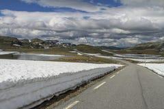 Strada di Snowy FV243, Norvegia, Aurlandsvegen Fotografie Stock Libere da Diritti