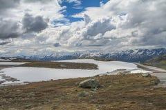 Strada di Snowy FV243, Norvegia, Aurlandsvegen Fotografie Stock