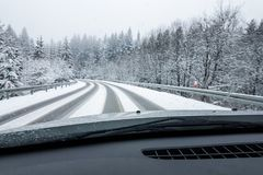 Strada di Snowy in inverno Immagine Stock