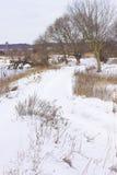 Strada di Snowy lungo il fiume Fotografia Stock Libera da Diritti