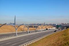 Strada di traffico urbano con paesaggio urbano nel fondo Immagine Stock Libera da Diritti