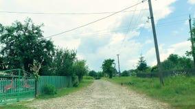 strada difettosa Azionamento dell'automobile di vista frontale sulla strada campestre video d archivio