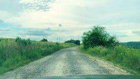 strada difettosa Azionamento dell'automobile di vista frontale sulla strada campestre archivi video
