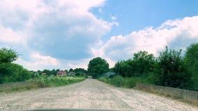 strada difettosa Azionamento dell'automobile di vista frontale sulla strada campestre stock footage