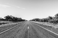 strada diritta attraverso il dessert dell'Australia, Australia Meridionale, Stuart Highway Australia immagine stock