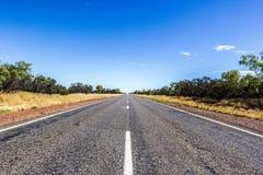 strada diritta attraverso il dessert dell'Australia, Australia Meridionale, Stuart Highway Australia immagini stock