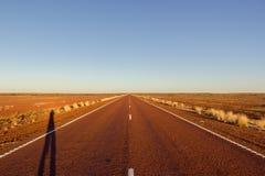 strada diritta rossa con il dessert rosso su Stuart Highway a nord di pedy di rame, Australia Meridionale fotografia stock