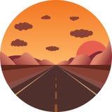Strada diritta verso il tramonto nelle montagne Fotografie Stock