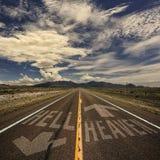 Strada a doppio senso di circolazione a cielo e ad inferno fotografie stock libere da diritti