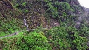 Strada e cascata tortuose curve d'avvolgimento della montagna nel parco nazionale della gola di Taroko in Taiwan Siluetta dell'uo video d archivio