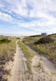 Strada e cottage della spiaggia del Capo Cod Fotografia Stock