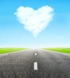 Strada e cuore nuvoloso in cielo Fotografia Stock Libera da Diritti