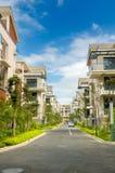 Strada e due righe di nuove case del terrazzo Fotografia Stock Libera da Diritti