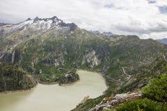 Strada e ghiacciaio panoramici della montagna di Oberaar in Svizzera in alpi Fotografie Stock