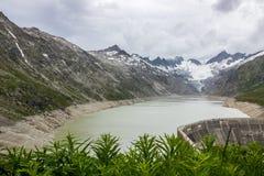 Strada e ghiacciaio panoramici della montagna di Oberaar in Svizzera in alpi Immagini Stock Libere da Diritti