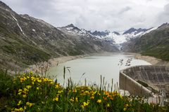Strada e ghiacciaio panoramici della montagna di Oberaar in Svizzera in alpi Fotografie Stock Libere da Diritti
