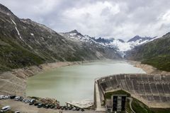 Strada e ghiacciaio panoramici della montagna di Oberaar in Svizzera in alpi Immagine Stock Libera da Diritti