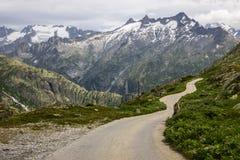 Strada e ghiacciaio panoramici della montagna di Oberaar in Svizzera in alpi Immagine Stock
