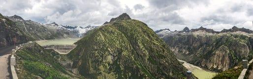 Strada e ghiacciaio panoramici della montagna di Oberaar in Svizzera in alpi Fotografia Stock