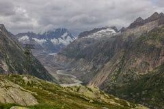 Strada e ghiacciaio panoramici della montagna di Oberaar in Svizzera in alpi Fotografia Stock Libera da Diritti