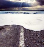 Strada e mare Concetto della tempesta del mare Fotografia Stock