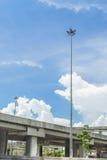 Strada e modo preciso su cielo blu Immagine Stock