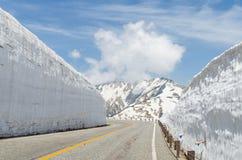 Strada e parete della neve al ro alpino del kurobe di tateyama delle alpi del Giappone Fotografia Stock