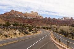 Strada e pista ciclabile che passano con Springdale verso Zion National Park immagini stock libere da diritti