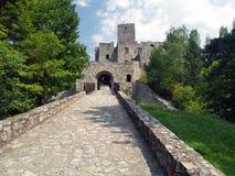 Strada e portone del castello di Strecno fotografia stock libera da diritti