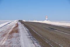 Strada ed alberi di inverno sotto neve in Altai Fotografia Stock Libera da Diritti