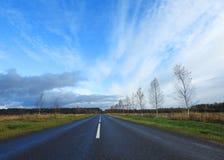 Strada ed alberi variopinti di autunno, Lituania Fotografia Stock