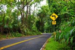 Strada famosa a Hana carica di ponti stretti del un-vicolo, di giri della forcella e di viste incredibili dell'isola, Maui, Hawai Fotografie Stock Libere da Diritti