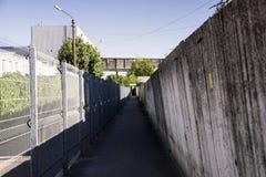 Strada fra i recinti Immagini Stock
