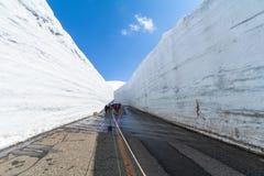 Strada fra la parete della neve dell'itinerario alpino di Tateyama Kurobe o Japa Immagini Stock