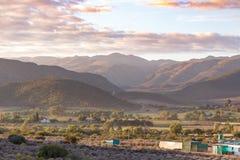 Strada fra le montagne che conducono agli agricoltori le case Fotografie Stock
