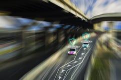 Strada futuristica del genio per l'auto intelligente che conduce le automobili, sistema di intelligenza artificiale, individuando immagini stock