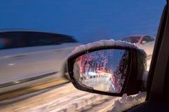 Strada ghiacciata alla notte con le automobili Fotografia Stock Libera da Diritti