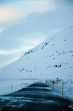 Strada ghiacciata della montagna, strada sola, Islanda orientale Fotografie Stock Libere da Diritti