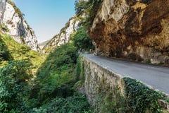 Strada in gola nel Alpes-Maritimes, Immagini Stock