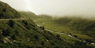 Strada a Gotthard Pass in alpi svizzere Immagine Stock