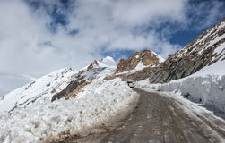 Strada in Himalaya delle montagne Ladakh, il Jammu e Kashmir, India Fotografie Stock Libere da Diritti