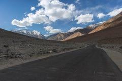 Strada in Himalaya delle montagne Ladakh, il Jammu e Kashmir, India Immagini Stock