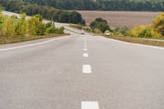 Strada internazionale con le automobili Fotografia Stock Libera da Diritti